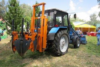Трактор которые выкапывает деревья